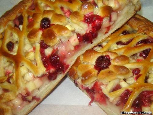 Дрожжевой пирог с яблоками и брусникой рецепт